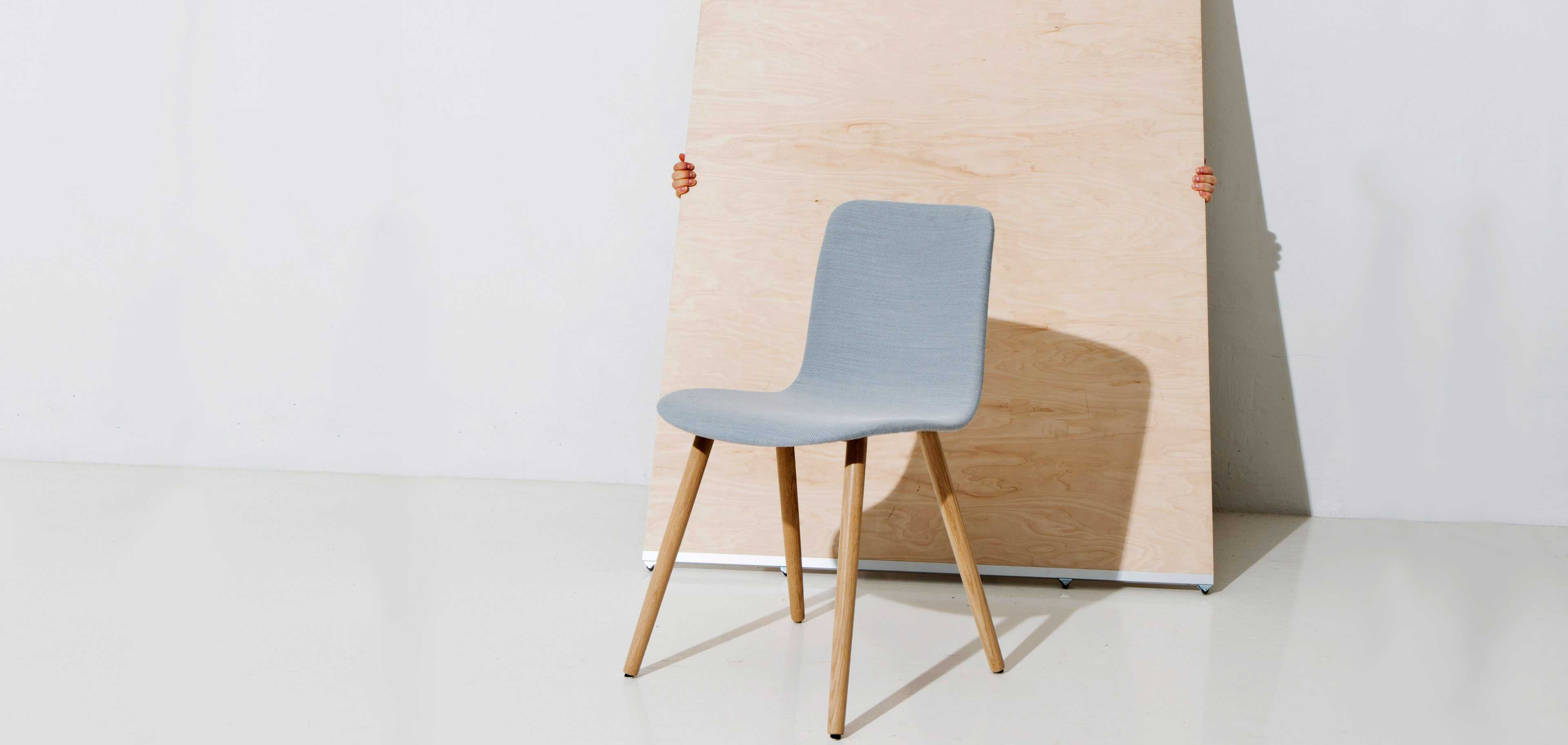 Sola chair with wooden legs